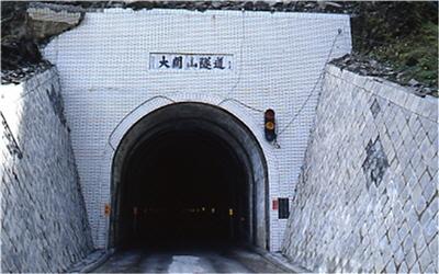 南橫大關山埡口隧道外雪景
