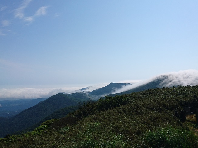 從面天山觀賞雲朵從山頂傾瀉而下的美景