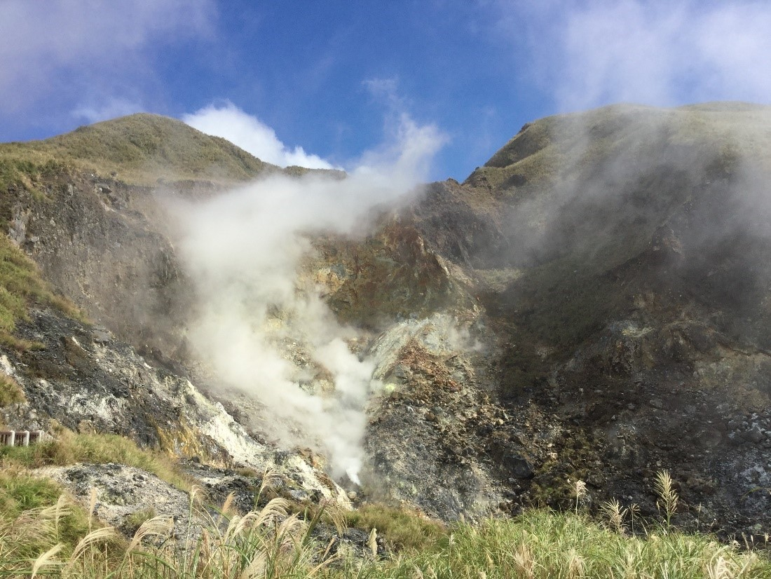 小油坑遊憩區吸引遊客親近體驗火山,假如噴氣口突然發生水蒸氣噴發,勢必會造成災情(作者拍攝於2015年10月4日)
