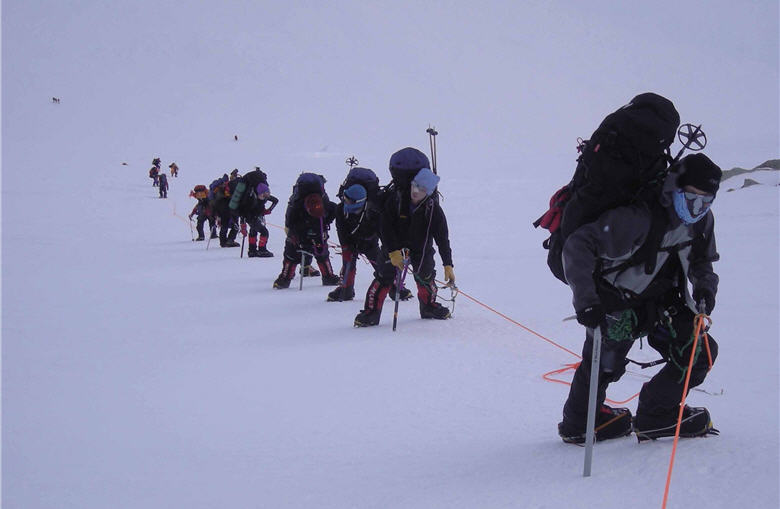 Ke was moving forward in the snow slope with members of the Seven Summit Expedition Team